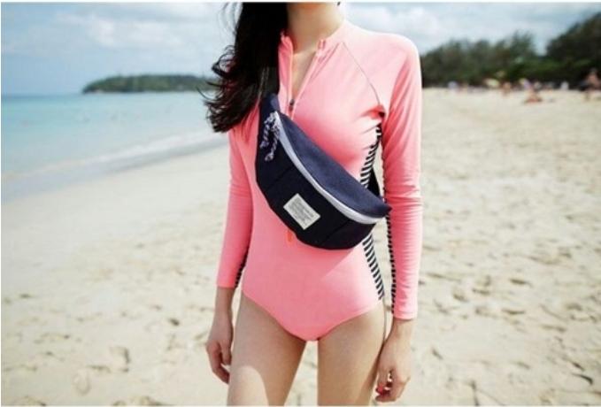 ชุดว่ายน้ำวันพีชแขนยาว สีชมพูสวยตัดขอบด้วยลายเส้นขาวดำ